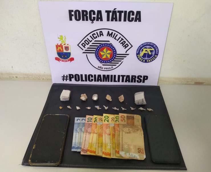 Droga e dinheiro foram apreendidos pela PM, na Vila Geni, em Presidente Prudente — Foto: Polícia Militar.