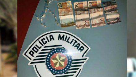 Foram apreendidos a quantia de R$ 45,00,além de uma sacola contendo 11 porções de crack. Foto: DIVULGAÇÃO/PM
