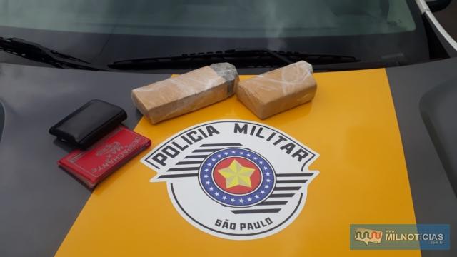 Foram apreendidos dois tijolos de maconha pesando no total 991 gramas. Foto: MANOEL MESSIAS/Agência