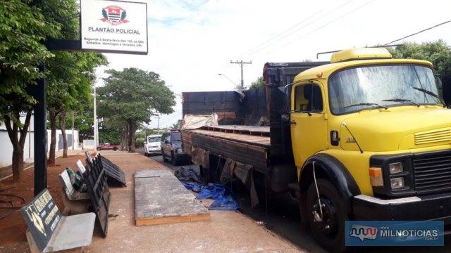 Caminhão Mercedes Benz, na cor amarela, estava carregado com mais de 1 tonelada de maconha escondido em fundo falso. Foto: MANOEL MESSIAS/Agência