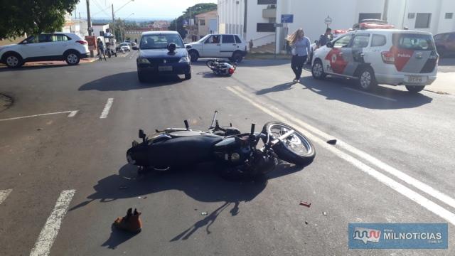 Moto Honda NX Falcon sofreu quebras do retrovisor, aba lateral, amassamentos no tanque e riscos na carenagem, todos lado direito. FOTO: MANOEL MESSIAS/Agência