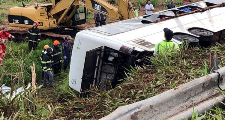 Duas mulheres morreram e 15 ficam feridos em acidente com ônibus. Fotos: DIVULGAÇÃO