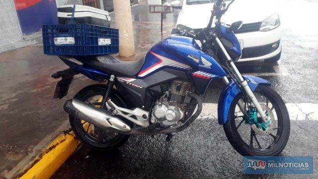 Motocicleta pilotada pela vítima sofreu pequenas avarias e ficou aos cuidados de sua esposa. Foto: MANOEL MESSIAS/Agência