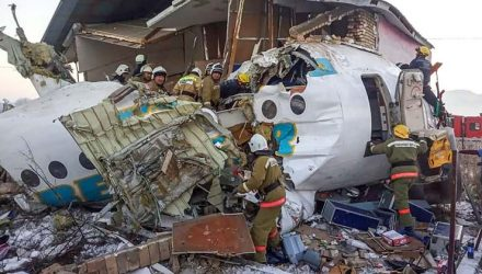 Aeronave partiu-se em duas partes ao colidir com um muro de concreto e uma casa — Foto: HO / Kazakhstan's emergencies committee / AFP.