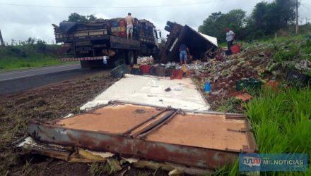 Acidente aconteceu na rodovia Integração, altura do KM 202, em uma curva acentuada do antigo trevinho de entrada do Friboi. Fotos: MANOEL MESSIAS/Agência