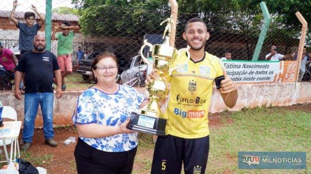 Prefeita Fátima Nascimento entregou ao capitão da equipe vencedora a Taça mais cobiçada do campeonato. Foto: Assessoria de Comunicação