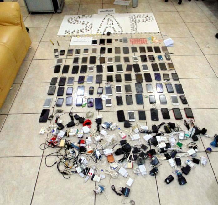 Além dos 289 aparelhos celulares, foram encontrados e apreendidos diversos acessórios ligados à telefonia, drogas e até máquinas profissionais para tatuagem. Foto: SAP/SSP