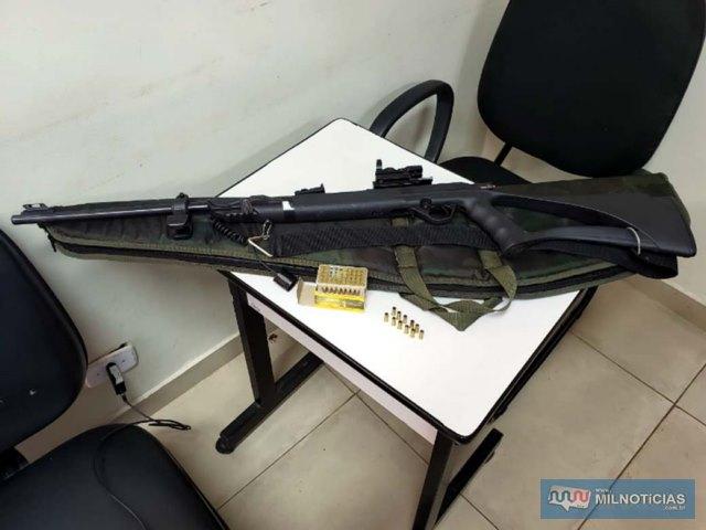 Foram apreendidos um rifle da marca CBC, calibre .22mm, além de totalizando 56 cartuchos do mesmo calibre, sendo 11 deflagrados e 43 intactos. Foto: DIVULGAÇÃO/PM