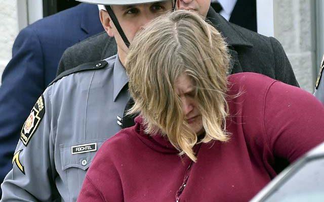 Lisa Snyder é levada da estação de polícia em Hamburg, na Pensilvânia, na segunda-feira (2). Ela foi acusada de assassinar dois de seus filhos, de 4 e 8 anos, que foram encontrados pendurados em uma corda no porão de casa em setembro. — Foto: Bill Uhrich/Reading Eagle via AP