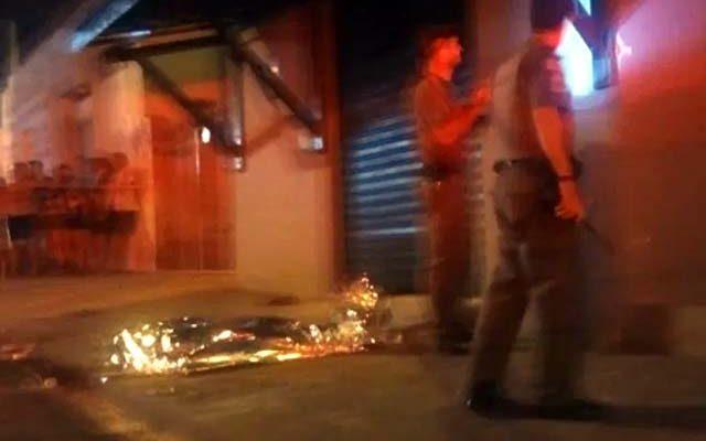 Homem foi assassinado enquanto estava em frente de sua casa. Foto: Reprodução de video RP10