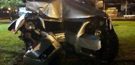 Mitsubishi Pajero, na cor prata, subiu no canteiro central do trevo, bateu em um hidrante e depois na pilastra de sustentação do nome de Andradina. Fotos: DIVULGAÇÃO