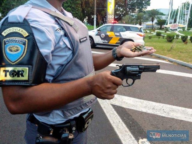 Foram apreendidos um revólver Taurus, calibre ,38mm, 12 munições do mesmo calibre, além de uma porção de maconha. Foto: DIVULGAÇÃO/TOR