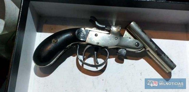 Foram apreendidos uma garrucha marca Rossi, calibre 22, além de 12 cartuchos intactos marca CBC. Foto: DIVULGAÇÃO/PM