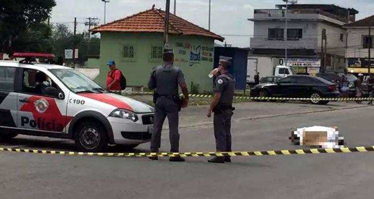 Perícia chegou ao local por volta das 8h30 da manhã, sem previsão de retirar corpos (Foto: Addriana Cutino/TV Tribuna)