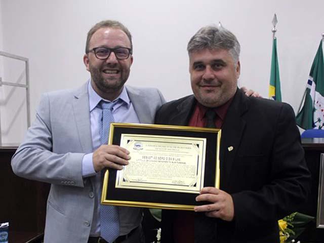 """Sebastião Sérgio da Silva (esq.), recebendo o título de """"Cidadão Buritamense"""".  Foto: DIVULGAÇÃO"""