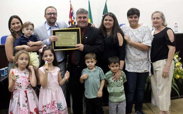 Sebastião Sérgio em momento família ao lado do vereador propositor. Foto: DIVULGAÇÃO