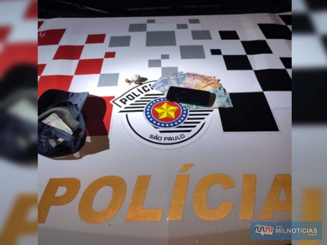 Foram apreendidos porções de crack, maconha, celular, além de R$ 344,00 em notas diversas. Foto: MANOEL MESSIAS/Agência