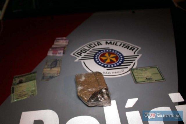 Foram apreendidos um tijolo de maconha pesando 272 gramas, dois celulares, além de R$ 9,00. Foto: MANOEL MESSIAS/Agência