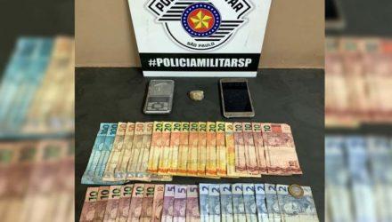 Foram apreendidos 7 gramas de crack, balança de precisão, R$ 421,50, em diversas cédulas e uma faca com resquícios da droga. Foto: DIVULGAÇÃO/PM