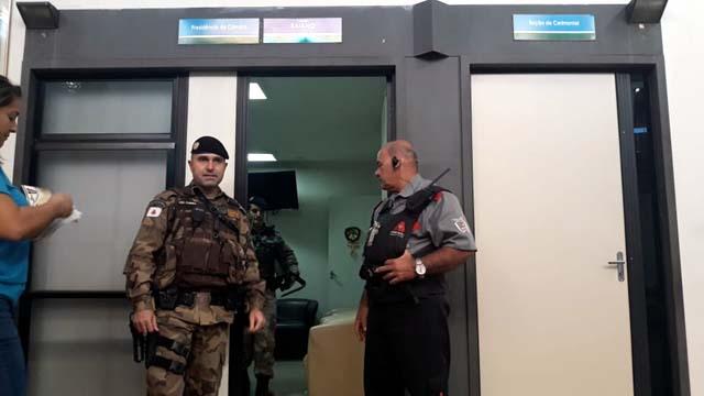 Materiais sendo apreendidos em gabinetes de vereadores na Câmara de Uberlândia — Foto: João Ricardo/G1
