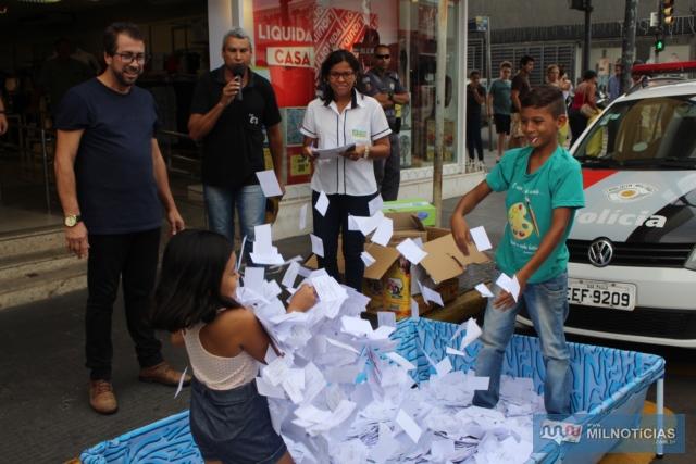 Sorteio da Promoção de Natal 2019 aconteceu dia 8, no cruzamento das ruas Paes Leme com Alexandre Salomão, centro. Fotos: MANOEL MESSIAS/Agência