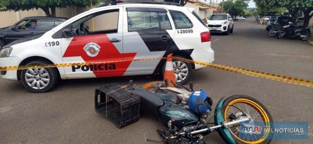 Motocicleta sofreu entortamento do guidão, pedal do câmbio e suporte do pé (lado direito). Foto: MANOEL MESSIAS/Agência