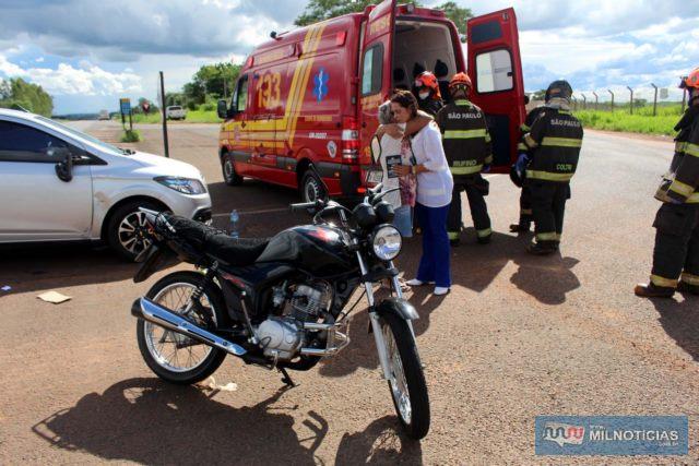 Motocicleta ocupada pelo motorista teve as bengalas entortadas, danos no tanque, carenagem. Foto: MANOEL MESSIAS/Agência