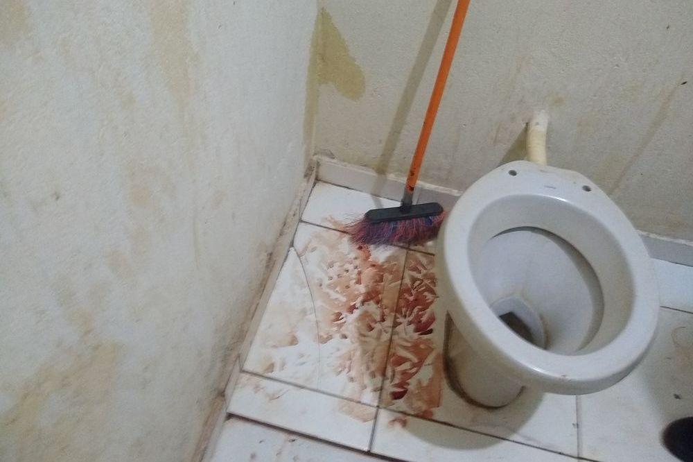 Havia muito sangue no banheiro da edicula, mesmo depois de lavado. Foto: Hoje+Aracatuba