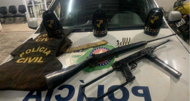 Armas e coletes encontrados enterrados nos fundos de uma casa em Goiânia — Foto: Divulgação/Polícia Militar.
