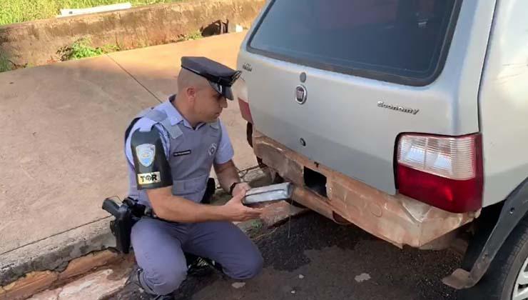 PM mostra fundo falso onde estavam tijolos de crack apreendidos em Ribeirão Preto — Foto: Polícia Militar/Divulgação.
