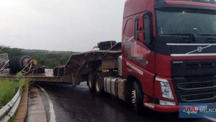 Carreta estava no acesso das rodovias Rondon para a Integração, quando escorreu e encravou na parte do aterro. Fotos: MANOEL MESSIAS/Agência