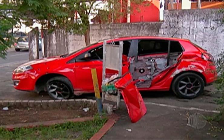 Carro em que os jovens estavam ficou com diversas marcas de tiros, em Mogi. — Foto: Reprodução/TV Diário.