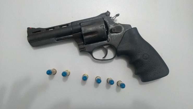 Arma foi apreendida com os suspeitos de matarem o dono da fazenda em Comodoro (MT) — Foto: Polícia Civil - MT.