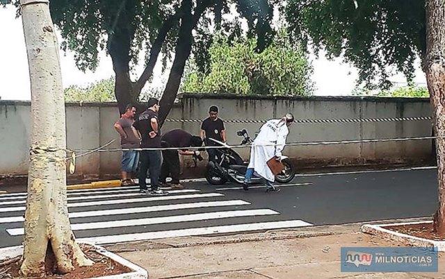 Motocicleta foi arrastada por aproximadamente 150 metros. Motorista causador fugiu do local do acidente. Foto: Colaborador pelo Whats App
