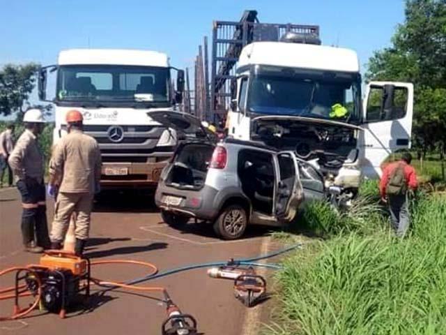 Veículo Fiat Uno Vivace em que as vítimas estavam ficou destruído. (Foto: A Voz das Cidades)