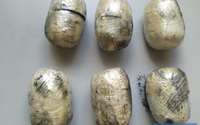 """Foram apreendidos seis invólucros conhecidos vulgarmente por """"ovo"""", com um total de 490 gramas de cocaína. Foto: DIVULGAÇÃO/PM"""