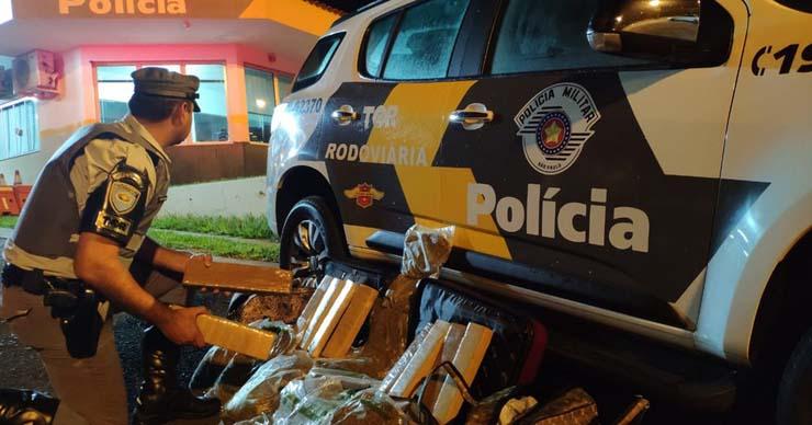 Polícia apreende maconha e skank com passageiras de ônibus em Assis — Foto: Polícia Rodoviária/Divulgação.