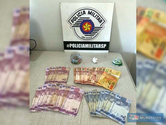 Foram apreendidos com o primeiro preso entorpecentes e dinheiro na casa do acusado. Foto: DIVULGAÇÃO/PM