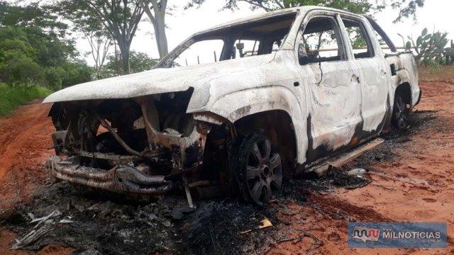Caminhonete VW Amarok, ano 2012, ficou completamente destruída pelo fogo provocado pelos bandidos. Fotos: MANOEL MESSIAS/Agência