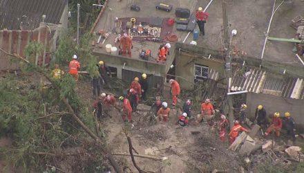 Bombeiros trabalham em resgate em Ibirité, na Vila Ideal. — Foto: Globocop.