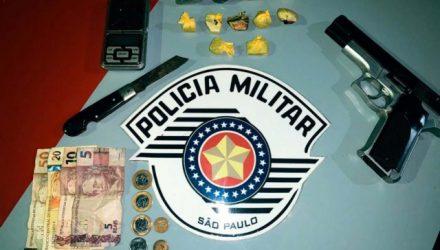Foram apreendidas porções de maconha pesando aproximadamente 60 gramas, imitação de pistola e R$ 90,00 em dinheiro. Foto: DIVULGAÇÃO/PM