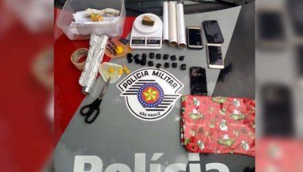 Foram apreendidos porções de maconha, celulares, anotações relacionadas ao tráfico e petrechos para endolar a droga. Fotos: DIVULGAÇÃO/PM