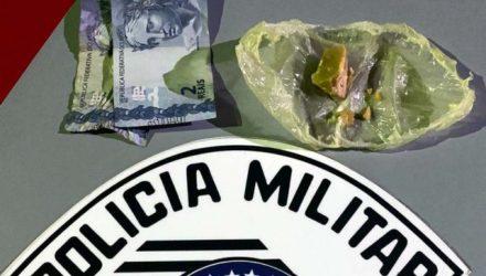 Foram apreendidas pedras de crack com os acusados e pequena quantidade em dinheiro. Foto: DIVULGAÇÃO/PM