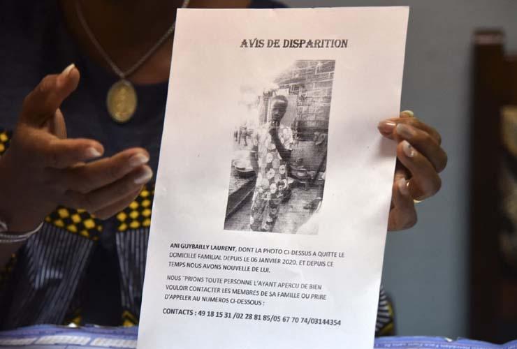 Cartaz na Costa do Marfim avisa sobre desaparecimento de Ani Guibahi Laurent Barthelemy, garoto de 14 anos morto ao se esconder no trem de pouso de um avião com destino à França — Foto: Sia Kambou/AFP.