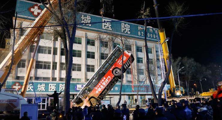 Ônibus é retirado de cratera em Xining, na província de Qinghai, no noroeste da China — Foto: Ma Minyan/cnsphoto via AP.