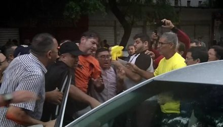 Senador licenciado Cid Gomes foi baleado ao tentar furar bloqueio de manifestantes em Sobral (CE) — Foto: Reprodução/Globo
