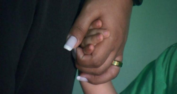 Criança com a mãe em Rio Preto depois do que aconteceu na escola — Foto: Reprodução/TV TEM
