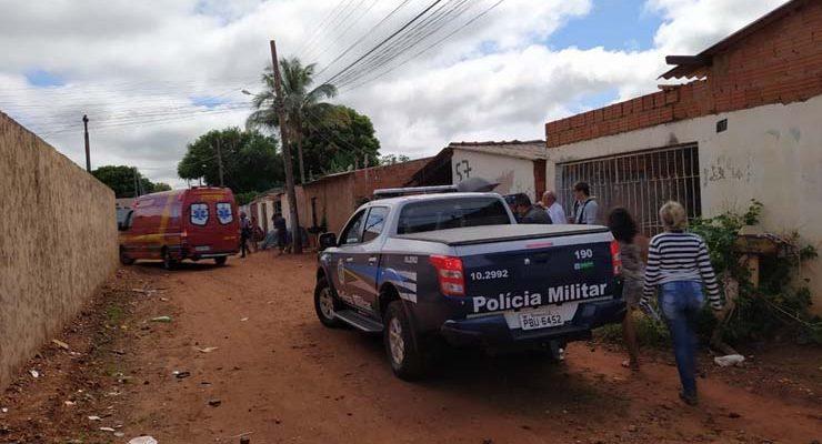 Movimentação de bombeiros e polícia no local do crime — Foto: Bruno Axelson/TV Morena.