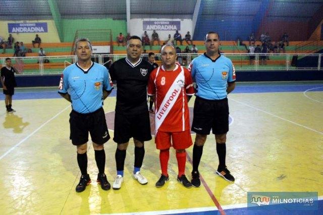 Arbitros Junior Lossávaro (dir.), e Pipino (esq.), com os capitães das duas equipes. Foto: MANOEL MESSIAS/Mil Noticias