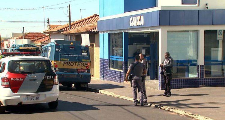 Segundo a polícia, ladrões tinham como alvo carro-forte estacionado na porta de agência da Caixa, em Guariba, SP — Foto: Valdinei Malaguti/EPTV